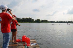 Rettung eines Patienten mit dem Spineboard nahe der Bdeinsel. Mit einem Boot geht das bedeutend schneller.