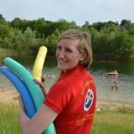 Unsere Rettungsschwimmerin Merle Lorberg führt den Schwimmkursus für die Kinder durch.