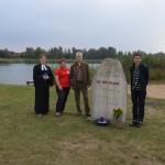 Pastorin Mareile Rösner, Monika Retzlaff, Martin Marburg und die Künstlerin Mariella Mosler (v.li.) bei der Einweihung des Gedenksteins am Allermöher See.